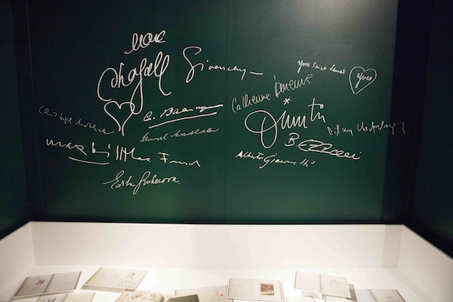 Excerpts from the Kronenhalle guestbook at the exhibition Silks & prints from the Abraham Archive - Couture in Colour, 2013, Photo: Boy Kortekaas