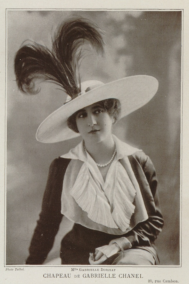 Mlle Gabrielle Dorziat wearing one of Chanel's first hats, in Les Modes, nr. 137, May 1912. Erfhoedbibliotheek Hendrik Consience, Antwerp, catalogue nr. B 38257