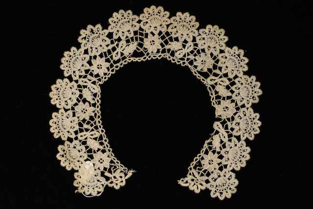 Collar in black bobbin lace (Chantilly lace), ca. 1850-1900, MoMu Collection T91/203, (c) MoMu - Photo: Suzan Rylant